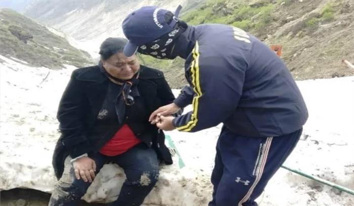 केदारनाथ धाम में ताजा बर्फ और बारिश से श्रद्धालुओं की आफत , बर्फ में फिसलकर घायल हो रहे लोग