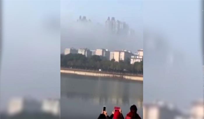 आसमान में बादलों के बीच इस आकृति को देखकर हैरान रह गए लोग, देखें पूरा वीडियो...,