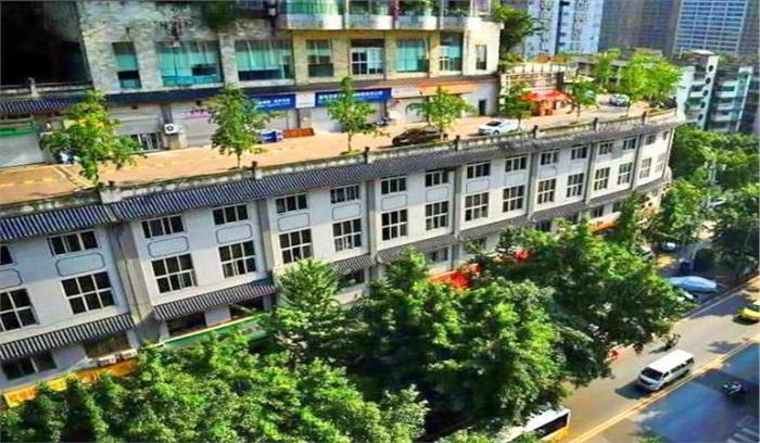 चीन में 5 मंजिला इमारत की छत पर दौड़ रहे हैं वाहन, सोशल मीडिया पर वीडियो हुआ वायरल