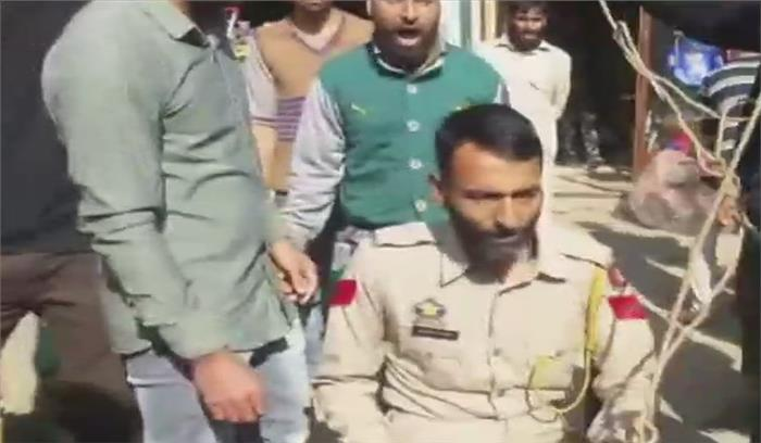 जम्मू-कश्मीर पुलिस के जवान को लड़की की फोटो खींचना पड़ा महंगा, स्थानीय लोगों की धुनाई
