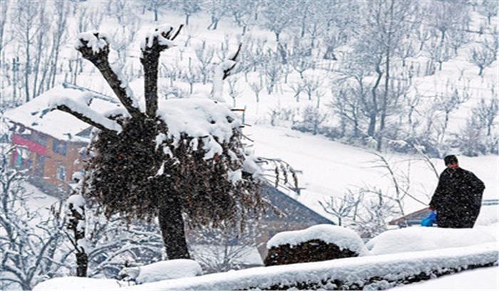 पहाड़ों पर हो रही बर्फबारी ने लोगों की मुसीबतें बढ़ाईं, आने वाले 24 घंटे रहेंगे भारी
