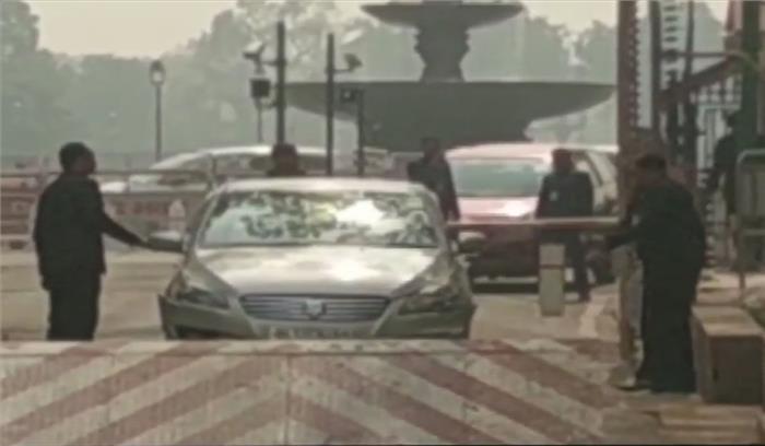 LIVE - संसद में कार बैरिकेट से टकराई , सुरक्षा में तैनात जवान हुए अलर्ट