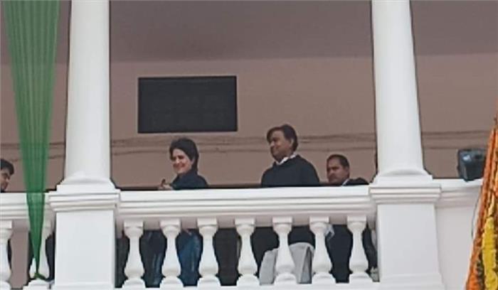 लखनऊ में कांग्रेस दफ्तर से बाहर कार्यकर्ताओं का हंगामा , प्रियंका वाड्रा से नहीं मिलने देने का लगाया आरोप