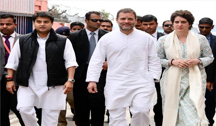 कांग्रेस लखनऊ रैली LIVE - प्रियंका के साथ बस की छत पर दिखी