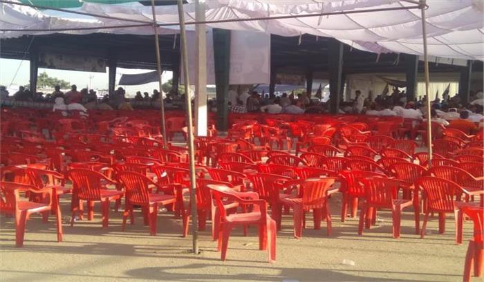 राहुल गांधी रैली में ट्रैक्टर ज्यादा भीड़ कम , हिंदी में भाषण देते ही लोग उठकर चले गए , छोटा करना पड़ा भाषण