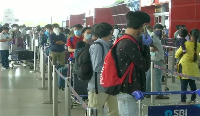 LIVE - देश में शुरू हुई हवाई उड़ान , दिल्ली एयरपोर्ट पर रद्द हुई 82 फ्लाइट , देश में कई लोगों को राहत - कई की आफत बरकरार