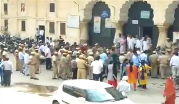 LIVE: राजस्थान पहुंची वकील-पुलिस की लड़ाई, अब अलवर कोर्ट में वकीलों ने जवान को पीटा