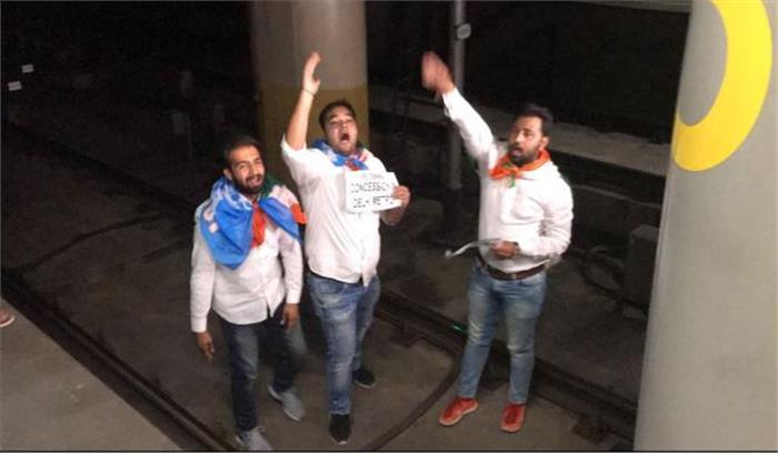 ...जब दिल्ली मेट्रो के आगे कूद गए एनएसयूआई के कार्यकर्ता