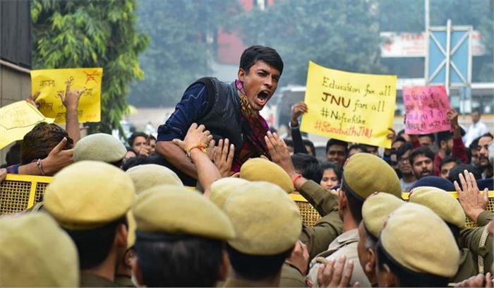 LIVE - JNU छात्रों - पुलिस के बीच फिर टकराव , धारा 144 तोड़ते हुए छात्र संसद की ओर बढ़ने पर अड़े