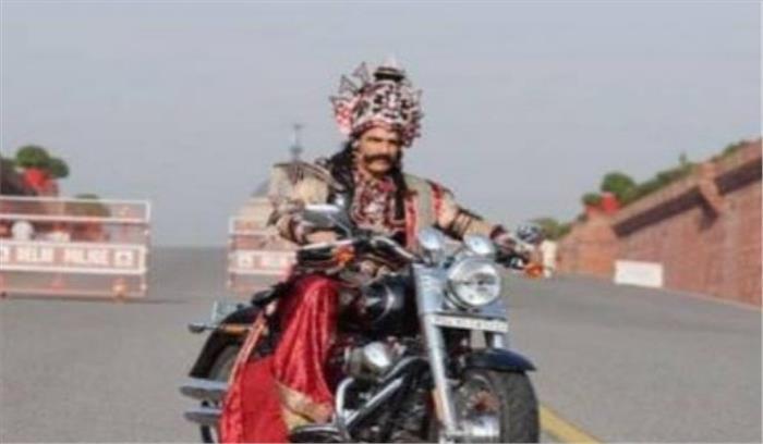 दिल्ली पुलिस ने राजपथ पर हार्ले डेविडसन लेकर घूम रहे रावण का चालान काटा