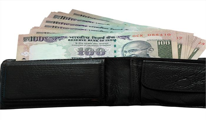 पैसे की कमी को करना है दूर तो इन 5 चीजों को भूलकर भी पर्स में न रखें