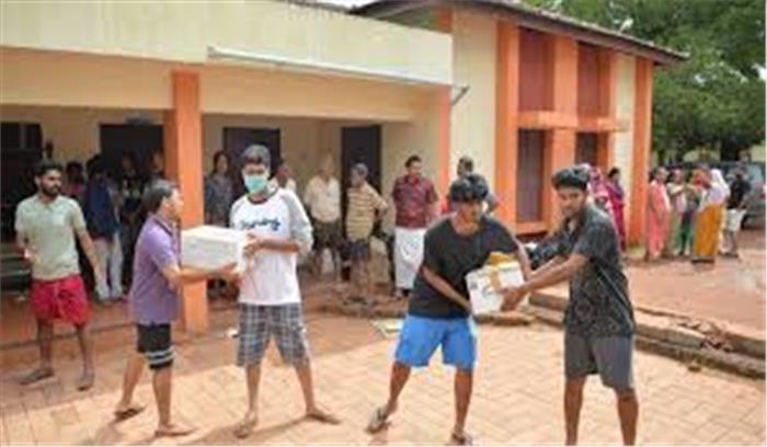 केरल में राहत सामग्री के वितरण में गड़बड़ी कर रहे कर्मचारी, 2 को किया गया गिरफ्तार
