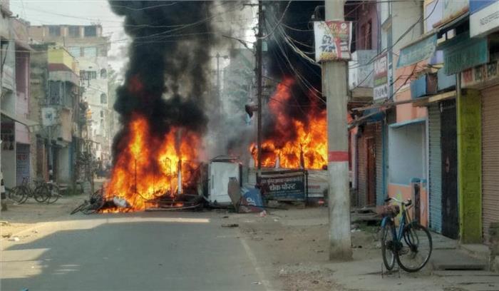 बिहार के मुंगेर में हिंसा तोड़फोड़ , थाने के बाहर आगजनी - हंगामा , SP - DM हटाए गए