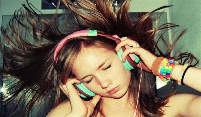 इयरफोन से गाने सुनना लगता है अच्छा तो बहरे होने के लिए रहें तैयार, पढ़े पूरी रिपोर्ट