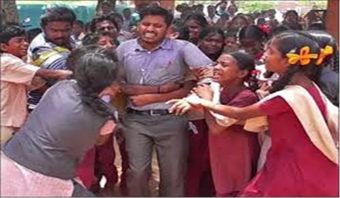 शिक्षक के तबादले से दुखी छात्र बैठे धरने पर, सरकार ने लगाई रोक