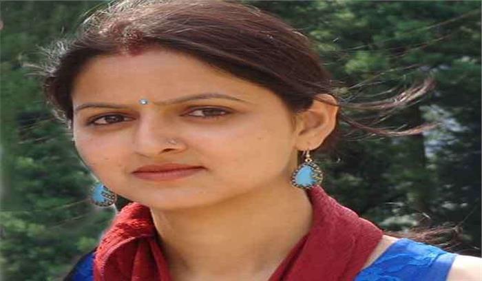 रुद्रप्रयाग के जिलाधिकारी की पत्नी ने पेश की अनूठी मिसाल, स्कूल में लड़कियों को पढ़ा रहीं साइंस