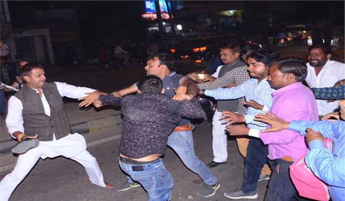 प्रियंका के स्वागत से पहले जमकर हंगामा , कांग्रेसी - हिंदू युवा वाहिनी के नेताओं में चले जूते