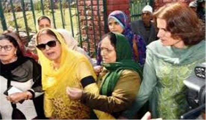 अब फारुख अब्दुल्ला की बहन - बेटी गिरफ्तार , अनुच्छेद 370 हटाने के विरोध में कर रहीं थीं अन्य के साथ प्रदर्शन