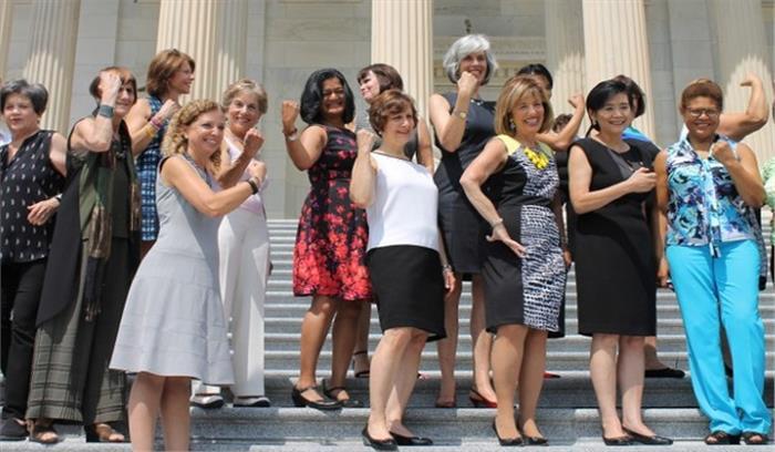 अमेरिका में स्लीवलेस कपड़े पहनने पर रोक के खिलाफ महिला सांसदों ने किया प्रदर्शन, कहा स्लीवलेस कपड़े पहनने से न रोका जाए
