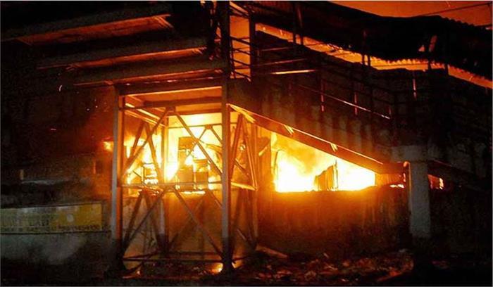 मुंबई के बांद्रा स्टेशन पर लगी आग, दमकल की 16 गाडियां आग बुझाने में जुटीं, नुकसान के बारे में अभी जानकारी नहीं