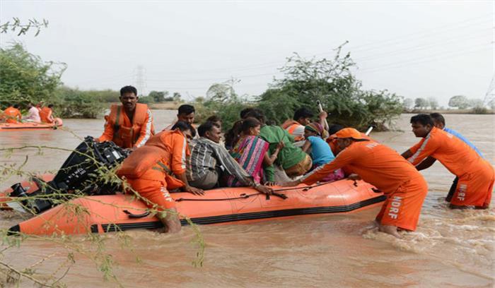 गुजरात में बाढ़ का कहर, 72 की मौत, 25 हजार को सुरक्षित जगह पर पहुंचाया