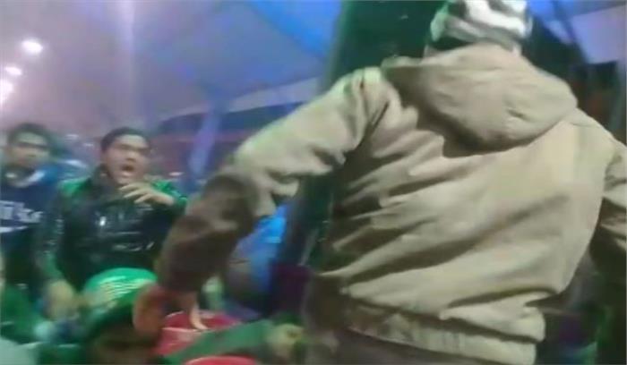 गोरखपुर महोत्सव में मालिनी अवस्थी और रविकिशन के कार्यक्रम में भीड़ हुई बेकाबू, पुलिस ने किया लाठीचार्ज