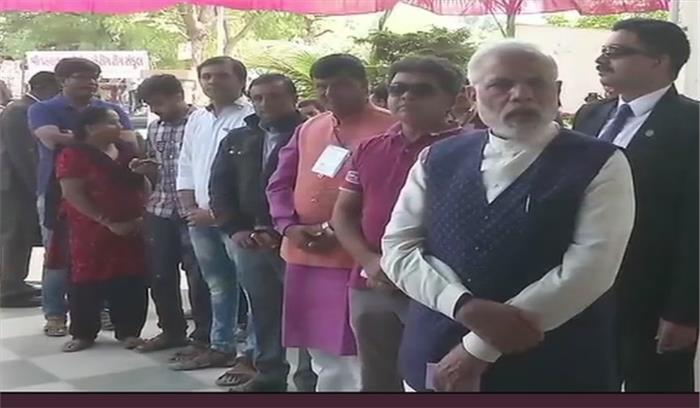 LIVE - गुजरात चुनाव - दोपहर 12 बजे तक 29 फीसदी मतदान, पीएम मोदी ने राणिप बूथ पर लाइन में लगकर डाला वोट