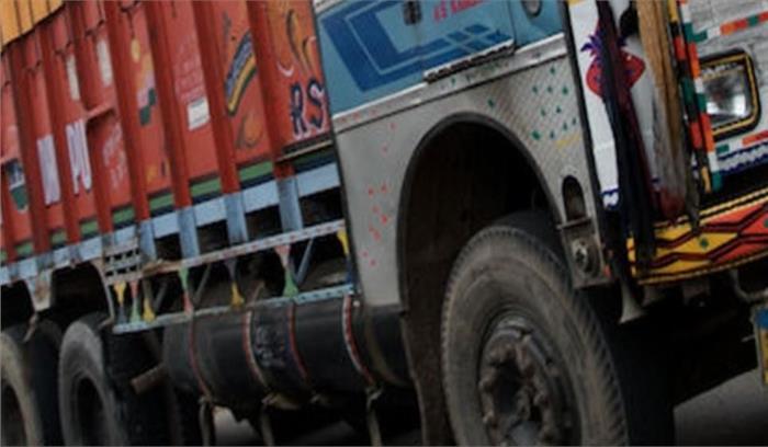 हरिद्वार में बजरी से भरा ट्रक मकान से टकराया, महिला और बच्चे मलबे में दबे
