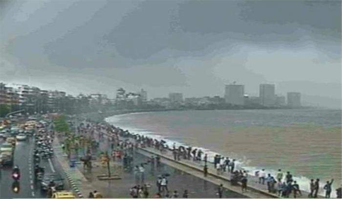 मुंबई में एक बार फिर से शुरू हुई जोरदार बारिश, लोगों में राहत के साथ दहशत का माहौल भी