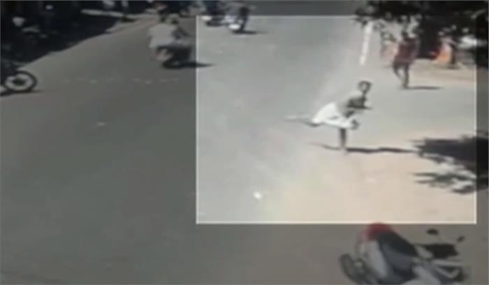 RSS के जिला प्रचारक ने पुलिस स्टेशन पर फेंके देसी बम , वीडियो हो रहा वायरल