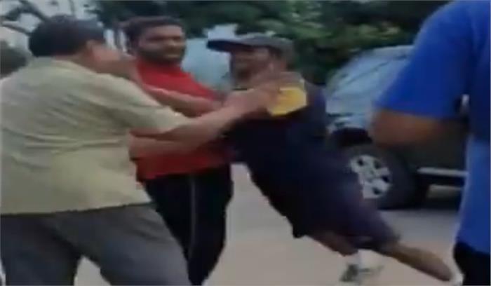क्रिकेटर अंबाती रायडू का अधेड़ से हाथापाई वाला वीडियो हुआ वायरल...देखिए कैसे हुए लड़ाई