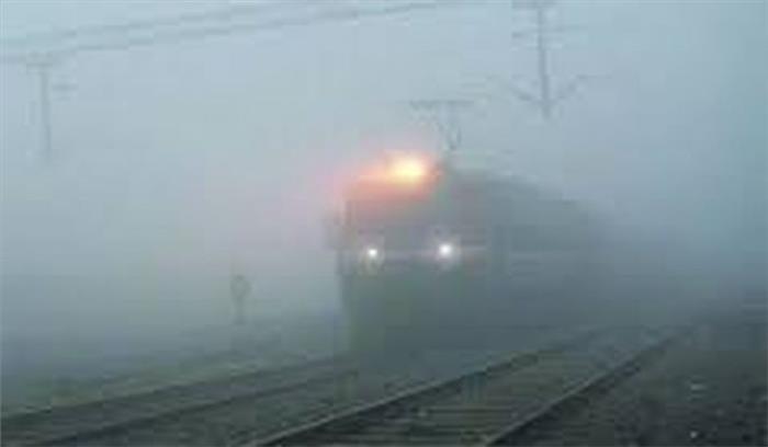 तकनीक होने के बावजूद भारतीय रेल कोहरे के हाथ टेक रही है घुटने, कोहरे के चलते रेल यातायात प्रभावित