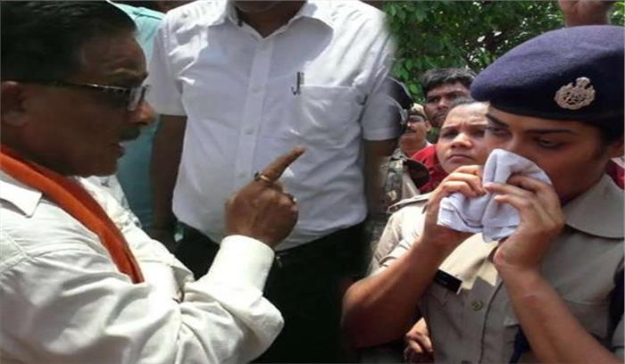 गोरखपुर के विधायक राधा मोहन ने महिला आईपीएस को सरेआम लगाई फटकार, भावुक होकर रो पड़ी पुलिस अधिकारी, देखें वीडियो...