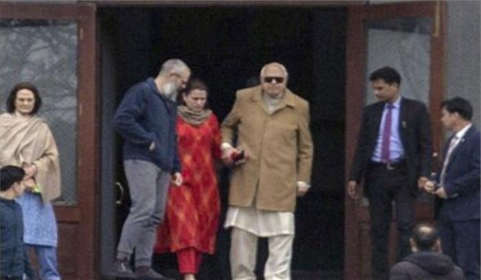 नजरबंदी खत्म होते ही बेटे उमर से मिलने उपजेल पहुंचे फारुख अब्दुल्ला , दोनों गले मिलकर भावुक हुए