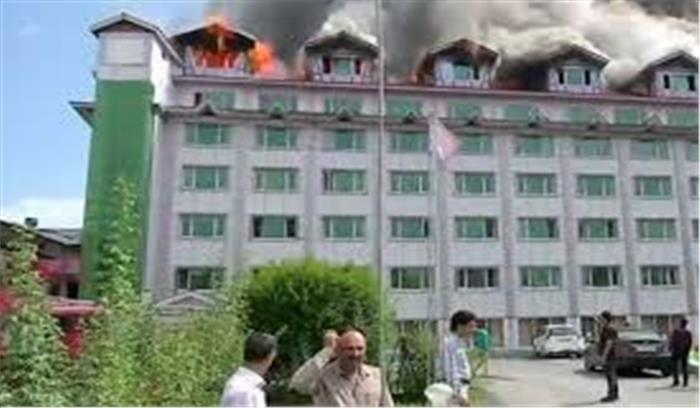 LIVE: श्रीनगर के पंपोश होटल में लगी भीषण आग, दमकल की 12 गाड़ियां मौके पर पहुंची