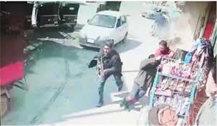 श्रीनगर में पुलिस टीम पर AK - 47 से आतंकी हमला , 2 जवान शहीद , देखें सीसीटीवी फुटेज में घटना
