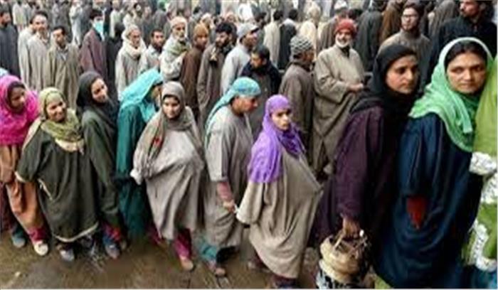 जम्मू कश्मीर में आतंकी धमकी का लोगों पर कोई असर नहीं, भारी संख्या में बेखौफ मतदाता पहुंच रहे मतदान केंद्रों पर