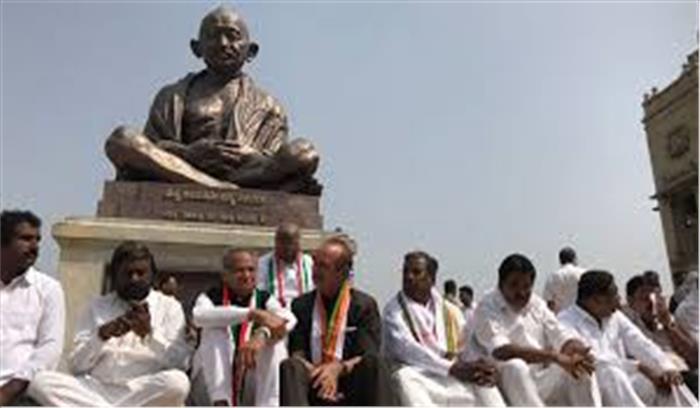 येदियुरप्पा की ताजपोशी के विरोध में कांग्रेस का धरना प्रदर्शन, 2 विधायक भी लापता