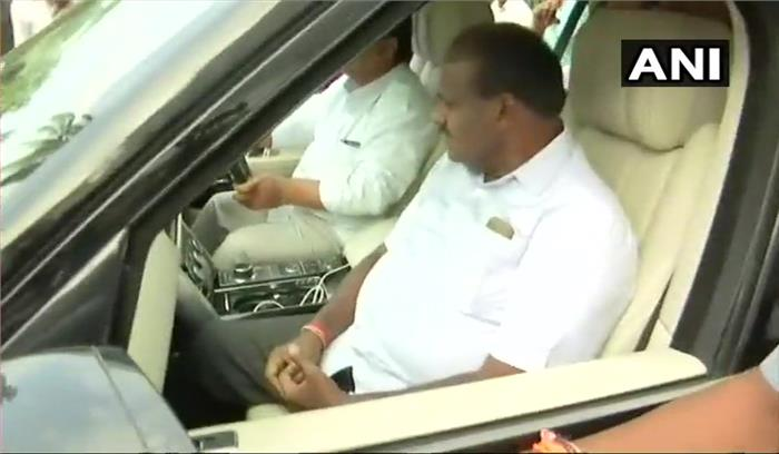 LIVE- कर्नाटक में JDS ने राजभवन के बाहर शुरू की नारेबाजी, कांग्रेसी विधायकों को ले जाने के लिए लग्जरी बस तैयार