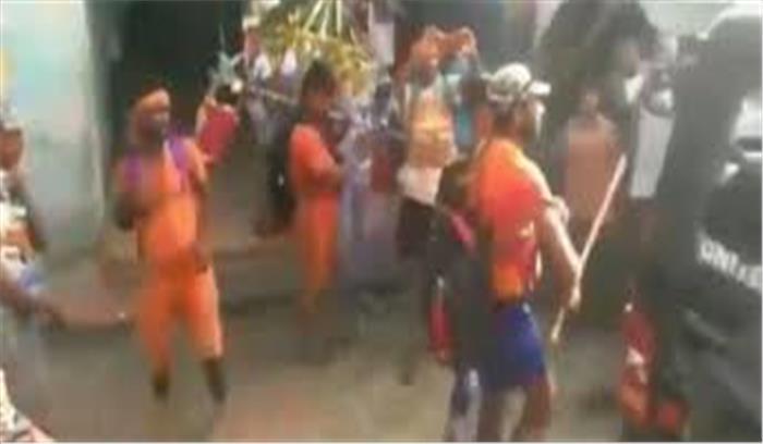 दिल्ली के बाद बुलंदशहर में भी कांवड़ियों का उत्पात, पुलिस की गाड़ी को बनाया निशाना
