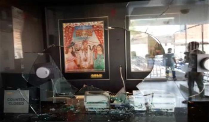 दीपिका पादुकोण के बयान से भड़के फिल्म पद्मावति के विरोधी, सिनेमाघरों में तोड़फोड़, प्रदर्शन- हंगामा