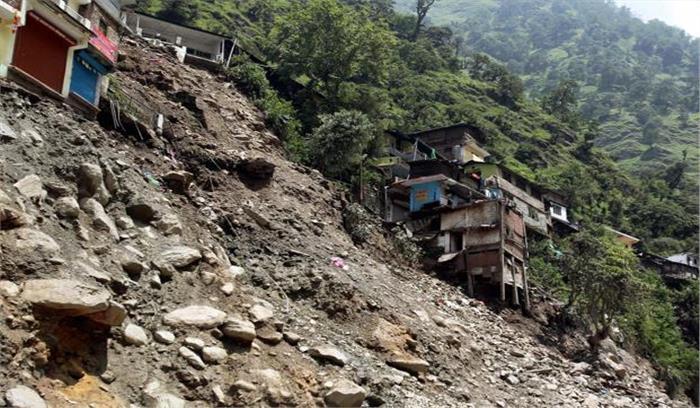 चमोली में हुए भूस्खलन में दबे 2 मकान, डरे-सहमे ग्रामीणों ने मंदिर में ली शरण