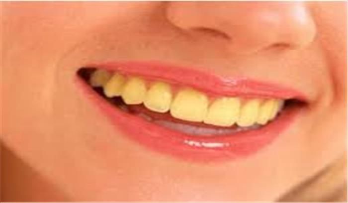 दांतों के पीलेपन और सांसों की बदबू से हैं परेशान, पानी में नमक मिलाकर करें ब्रश मिलेगा आराम