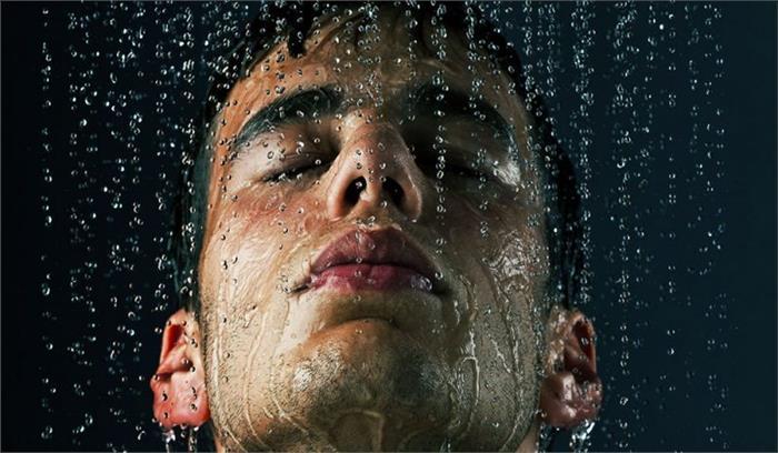 सुबह की जगह रात को नहाने के हैं कई फायदे, जानेंगे तो आप भी शुरू करेंगे नहाना