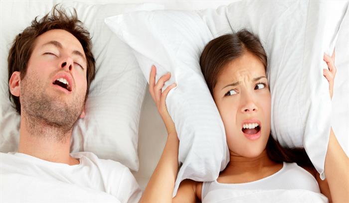 साथ में सोने वाले के खर्राटे से उड़ गई है नींद, अपनाएं ये उपाय और पाएं निजात