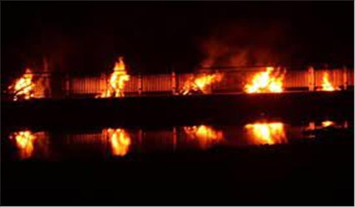 कोरोना अपडेट - लखनऊ से आई दहशत भरी तस्वीर , शमशान में जलती चिताओं का वीडियो हुआ वायरल