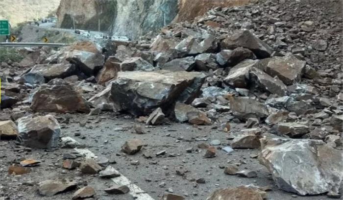 दरकते पहाड़ के चलते भवाली-अल्मोड़ा राष्ट्रीय राजमार्ग पर लगा लंबा जाम, रुक-रुक कर गिर रहे पत्थर
