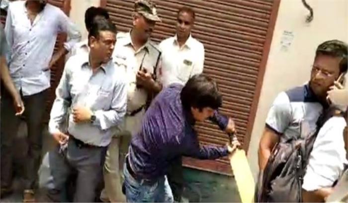 इंदौर से भाजपा विधायक आकाश विजयवर्गीय की गुंडागर्दी , जर्जर मकान गिराने आए निगम अफसरों को बैट से पीटा
