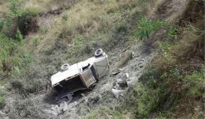 पहाड़ी भूस्खलन के बीच एक पिकअप वैन खाई में गिरी, तीन लोगों की मौके पर हुई मौत