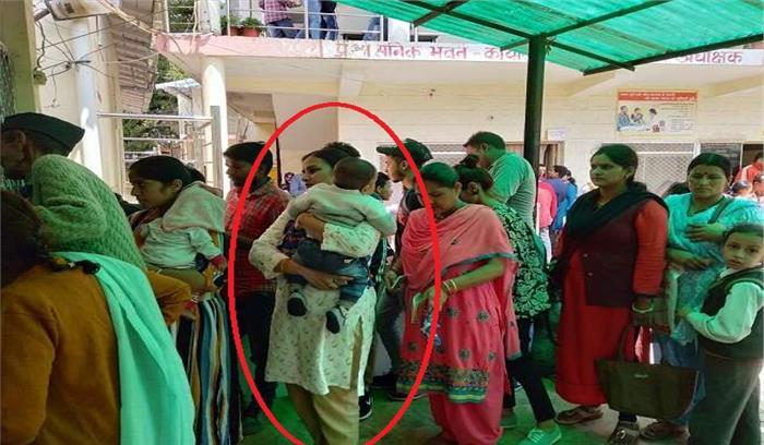 नैनीताल DM की पत्नी अस्पताल में बच्चे के इलाज के लिए आधा घंटा लाइन में खड़ी रहीं